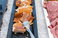 Portionierter Fisch am Hotelbüfett, für ein ausgewogenes Essen, angerichtet auf einem schwarzen Tablett und auf Eiswürfeln gekühlt (verchmarco) Tags: im703finland finnland ironman sports lahti visitlahti travel finland noperson keineperson fish fisch delicious köstlich seafood meeresfrüchte tuna thunfisch salmon lachs food lebensmittel sushi kind nett dinner abendessen cold kalt ready bereit traditional traditionell cooking kochen merchandise waren sashimi health gesundheit icee eis lunch mittagessen nutrition ernährung2019 2020 2021 2022 2023 2024 2025 2026 2027 2028 2029 2030 colours eos restaurant naturaleza dusk countryside fun path spain colour
