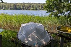 Umgedrehtes Ruderboot wird auf einer Wiese am See Päijänne in Finnland gelagert
