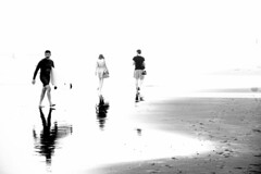 Nuclear (sdupimages) Tags: blanc sand sable plage surfeur surfer beach sea candid street highkey white monochrome nb bw noirblanc noiretblanc blackwhite minimalism