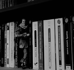 Do you want a book ?  /  Tu veux un livre ? (BenoitGEETS-Photography) Tags: book livre a6000 sony bn bw nb noiretblanc ça it stephenking clown doll figurine neka toys