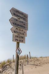 Pour aller à la plage (balese13) Tags: 100nikon 1855mm d5500 laiguillonsurmer nikonpassion vendée balese ciel nikon nikonistes panneau pixelistes plage poteau sable signal sand yourbestoftoday bleu blue 250v10f 500v20f 1000v40f
