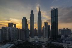 Atardecer en las Petronas (Kuala Lumpur) (U2iano) Tags: kuala lumpur malasia malaysia torres tower petronas sunset atardecer puesta sol skyline rascacielos building edificio klcc traders hotel
