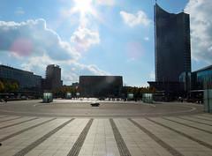 Kan zo opstijgen (Merodema) Tags: city stad grootstad tall buildingd gebouwen kaal leeg tegenlicht plein square