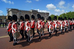Drummers at the palace 2 (WISEBUYS21) Tags: buckinghampalace soldiers drummers house hold cavalry bearskin tunic drum london may 2019 marching american couple blue sky green trees formation wisebuys21 changing guards the mall rubens palace san francisco california