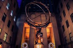 Caminando por el Rockefeller Center (Francisco Mawyín) Tags: rockefeller atlas manhattan new york nuevayork center sculpture night turismo heavy walking nikon market photo