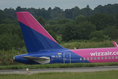 Wizzair tail A321-231 HA-LXL (Intothevoid._) Tags: wizzair plane planes planespotting aviation aeroplane airplane aircraft airliner passengerairliner civilaviation airbus a321 airbusa321 canon canonphotography luton lutonairport