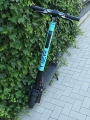 Das Tier (mkorsakov) Tags: münster city innenstadt escooter eroller tier abgestellt parked hecke hedge idiotparking wtf