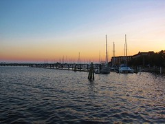 New Bern Sunset (Gerry Dincher) Tags: newbern cravencounty creativecommons gerrydincher northcarolina neuseriverbasin historicnewbern neuseriver frontstreet newbernmarina port water river estuary