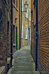 Daytime Snickleway (Light+Shade [spcandler.zenfolio.com]) Tags: ©stephencandlerphotography spcandler stephencandlerphotography httpspcandlerzenfoliocom stephencandler england uk lightshade yorkshire york northyorkshire alley alleyway snickleway buildings historical history historic city narrowstreet street