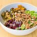 Veganes Gericht mit gegrilltes Gemüse, Edamame, Walnüsse, rote Beete, Reis und Soja-Sesam Soße in Simons Stub'n Restaurant in München