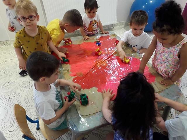 Photo 3 - Activité peinture à la crèche familial