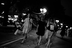 Voyage en Italie 2018   1844 (Distagon12) Tags: rapallo night nuit nightphoto nacht noche notte citybynight city people portrait street streetphoto sonya7rii summilux35asph strada liguria ligurie italy italie italia voyage travel wideaperture basselumière leica