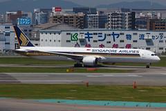SINGAPORE AIRLINES B787-10 DREAMLINER 9V-SCC 0011 (A.S. Kevin N.V.M.M. Chung) Tags: aviation aircraft aeroplane airport airlines apron boeing b787 b78710 dreamliner singapore sq b78x fuk fukuoka beacon taxiing runw runway