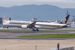 SINGAPORE AIRLINES B787-10 DREAMLINER 9V-SCC 001 (A.S. Kevin N.V.M.M. Chung) Tags: aviation aircraft aeroplane airport airlines apron boeing b787 b78710 dreamliner singapore sq b78x fuk fukuoka landing beacon runw runway