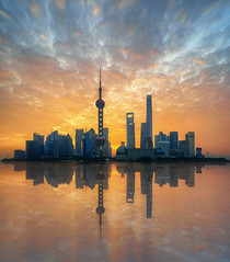 Mentre a casa dormono ... (Gio_guarda_le_stelle) Tags: shangai sunrise travel china cina skyline artwork sky sun river town quiete atmosphere peaceful reflection voyage east pudong oriente beauty clouds light downtown bund earlymorning mattina nonuntassitaparlainglese 4 canon tripod eos5dsr ricordi trip