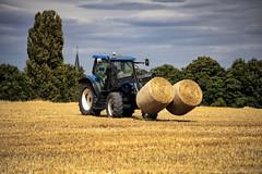 Fleißige Bauern (Reinhard_M) Tags: strohballen stroh traktor ernte