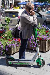 Geschäftsmann nutzt den Verleihscooter und Elektroroller Lime, als alternative zum öffentlichen Nahverkehr in der Münchner Innenstadt (verchmarco) Tags: germany flowfest munich münchen bayern deutschland street strase city stadt shopping einkaufen people menschen bike fahrrad flower blume road man mann urban städtisch telephone telefon vehicle fahrzeug outdoors drausen festival wheel rad landscape landschaft woman frau business geschäft market markt family familie scooter roller2019 2020 2021 2022 2023 2024 2025 2026 2027 2028 2029 2030 xmas outside kodak maitreya village christmastree shop españa farm seascape