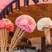 Sommerliche Eisdielendekoration mit großen Blumen und vielen Eiswaffeln, an der Ladendecke
