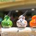 Keramikvögel in verschiedenen Farben und Mustern, als kleine Dekofiguren