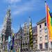 Münchens Stadtbild passt sich dem jährlichen Christopher Street Day an und hisst Regenbogenflaggen für die Gay Pride Parade