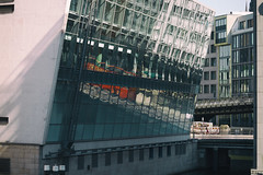 Stadtrundfahrt (michael_hamburg69) Tags: hamburg germany deutschland fassade reflection reflexion bus rot red standtrundfahrt tourismus touristenbus spiegelung dierotendoppeldecker doppeldecker doubledeckerbus