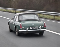 1968 MG MGB MK2 Tourer Hardtop While Driving (ClassicsOnTheStreet) Tags: dl2661 mg mgb mk2 tourer hardtop 1968 whiledriving roadster mkii cabrio cabriolet convertible 60s 1960s brits british bl classiccar classic klassieker veteran oldtimer gespot spotted carspot motorway snelweg autobahn autopiste a7 e22 purmerend noordholland straatfoto streetphoto streetview strassenszene straatbeeld classicsonthestreet onderweg dl 2019