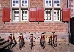 Huurfietsen (Ernst-Jan de Vries) Tags: 120 noh nordhorn klosterfrenswegen bikes bike fahrrad fietsen klooster kloster red rood rot 645 mamiya analoog analogue analog film fujifilm provia fuji provia100 e6 slide dia