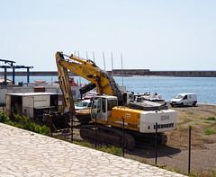 La mer. (HivizPhotography) Tags: buesa liebherr 964 excavator heavy earthmoving equipment tracked sea seaside france sète digger sun sand fence