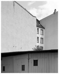 In der Großen Rittergasse (Christoph Schrief) Tags: frankfurtammain sachsenhausen grosserittergasse chamonixc45h1 nikonnikkorm8200 ilfordfp4 rodinal 150 14min 20° selfdeveloped 4x5 largeformat grossformat film analog sw bw