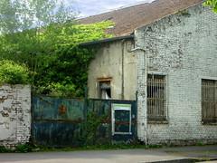 (Jean-Luc Léopoldi) Tags: moche abandonné portail rouille végétation arras arbre briques barreaux