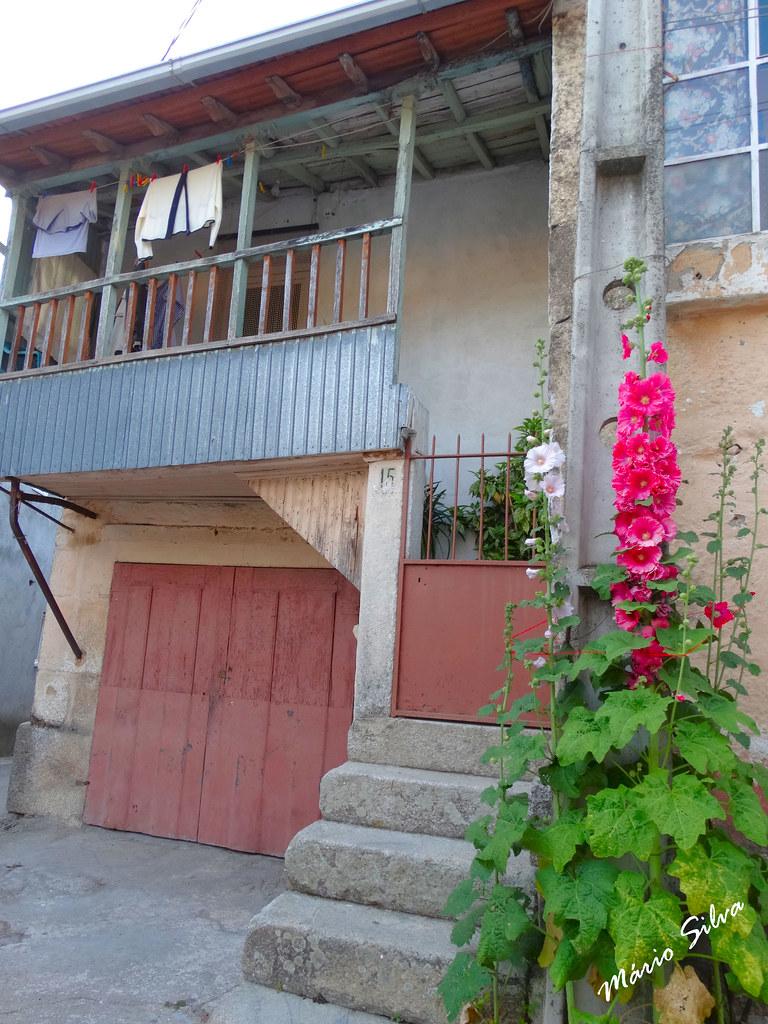 Águas Frias (Chaves) - ...casa na Aldeia com a sua varanda típica ...