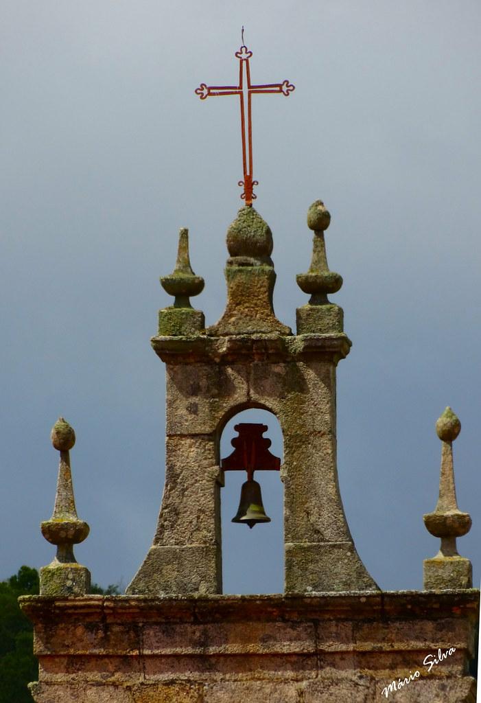 Águas Frias (Chaves) - ... pormenor do cimo da torre sineira da Igreja matriz ...