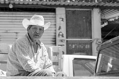 Atrás de la camioneta (Marcos Núñez Núñez) Tags: street streetportrait national sombrero hat streetphotography streetphotographer fotografíacallejera calle blancoynegro blackandwhite bw bwstreet canon canoneos80d 80d mx oaxaca tuxtepec
