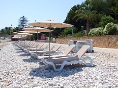 2019_lsnape_Mediterranean_CostaBlanca_beach_coast_pebbles_sunloungers_parasols_umbrellas_holiday_DSCF2892 (Star Rocker) Tags: spain costablanca mediterranean sea beach pebbles seafront sunloungers parasols