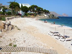 2019_lsnape_Meditennean_CostaBlanca_coast_sea_beach_pebbles_walkway_boardwalk_sunloungers_DSCF2908 (Star Rocker) Tags: spain costablanca mediterranean altea sea beach boardwalk pebbles sunloungers parasols tourism beachfront seafront bay