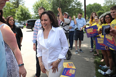 Kamala Harris with supporters (Gage Skidmore) Tags: kamala harris united states senate senator california west des moines democratic democrats party summer picnic 2019 annual legion park