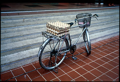 Delivery in progress (waex99) Tags: 100iso 2019 28mm 35mm bosse chinatown ektachrome kodak leica m6 philipe singaore summicron april lugs slide diapositive dia diapo transparent egg oeuf bike bicyle velo bicyclette delivery complex livraison market hawker center grey metal