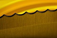 Danger (nagyistvan8) Tags: nagyistván túrkeve magyarország magyar hungary nagyistvan8 macro színek colors fekete sárga szürke barna black yellow grey brown háttérkép background kés knife penge blade éles sharp veszélyes danger hullámos wavy görbe curves felület surface texture pattern hmm macromondays minimal minta ritmus rhythm él edge extreme special fém steel studio tárgy object sample részlet detail 2019 nikon