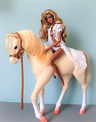 I love to be free... (Deejay Bafaroy) Tags: facesofadele adele makeda integrity toys fashion royalty thefacesofadele doll puppe fr black portrait porträt blonde blond white weiss ourgeneration horse pferd foal fohlen miniature miniatur playscale 16 scale beige barbie palamino