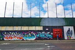 2019-06-07 06-22 Irland 206 Belfast, Cupar Way, Peace Wall (Allie_Caulfield) Tags: foto photo image picture bild flickr high resolution hires jpg jpeg geotagged geo stockphoto cc sony alpha 77 sommer summer irland ireland eire belfast city innenstadt lough historic altstadt peace wall line nordirland north mural