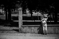 Tolmin (Slovénie 2019) (theodirector) Tags: noiretblanc blackandwhite whiteandblack monochrome slovenie slovenia slovenija streetphotography streetphoto streetphotographer streetreport cityphotography peoplephotography separated conversation discussion women talking talkers talker fences fence separate