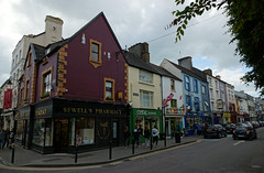 2019-06-07 06-22 Irland 622 Killarney, High Street (Allie_Caulfield) Tags: foto photo image picture bild flickr high resolution hires jpg jpeg geotagged geo stockphoto cc sony alpha 77 sommer summer irland ireland eire killarney wanderung hike muckross house kerry lough leane lake trail walk
