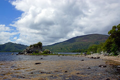 2019-06-07 06-22 Irland 571 Killarney, Muckross Lake Walk (Allie_Caulfield) Tags: foto photo image picture bild flickr high resolution hires jpg jpeg geotagged geo stockphoto cc sony alpha 77 sommer summer irland ireland eire killarney wanderung hike muckross house kerry lough leane lake trail walk beach see strand shore