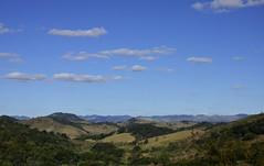 Nuvens horizontais (Márcia Valle) Tags: piau minasgerais inverno diadesol sunnyday wintertime clima diafrio márciavalle nikon nature natureza florabrasileira brazilianflora mountains montanhas clouds nuvens