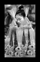 Flowers (Antoine - Bkk) Tags: exploration market thailand bangkok black white reportage face vendor candid happyplanet asiafavorites
