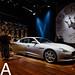 Mobilitätsmesse-Besucher inspizieren das Luxusauto Ghibli von Maserati, während der IAA in Frankfurt am Main