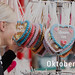 Frau kauft verzierte Lebkuchenherzen auf dem Oktoberfest