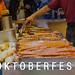 Grillen am Bratwurst-Stand auf dem Oktoberfest