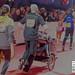 Mann läuft den Marathon mit einem Sport-Kinderwagen und joggt zum Ziel des BMW Frankfurt Marathon