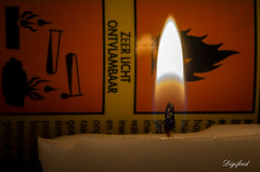 Flammable (Digifred.nl) Tags: macromondays danger digifred 2019 nederland netherlands pentaxk5 hmm macro macrophotography closeup gevaarsetiket dangerlabel tealight flammable waxinelichtje brandbaar